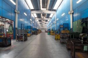 La zona dello stabilimento dedicata alle presse per forgiatura, le macchine sono poste dietro le paratie blu.
