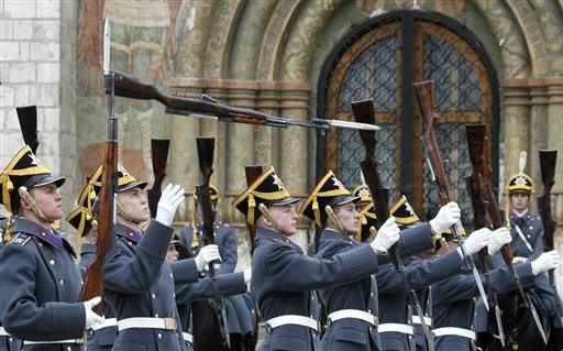 Parata davanti al Cremlino con le carabine SKS