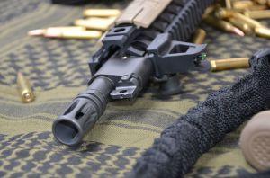 Dettaglio della parte frontale dell'arma in cui si notano la mira fissa corredata di fibra ottica Hi-Vids,la presa gas ed il birdcage A2
