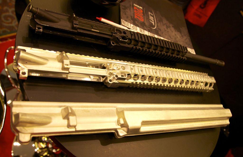 Foto scattata dallo Staff allo Shot Show del 2012. Dal basso: un upper forgiato,uno semilavorato ed uno completamente finito. Notare la caratteristica costruzione monolitica del sistema MRP