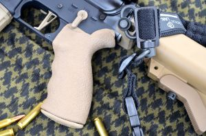 Dettaglio del pistol grip LMT,molto grippante ed ergonomico e dei componenti aftermarket montati in questo esemplare (CMC flat trigger group,sling mount Troy,ambidextrous safety level Battle Arms e Tactical Link bangee sling)