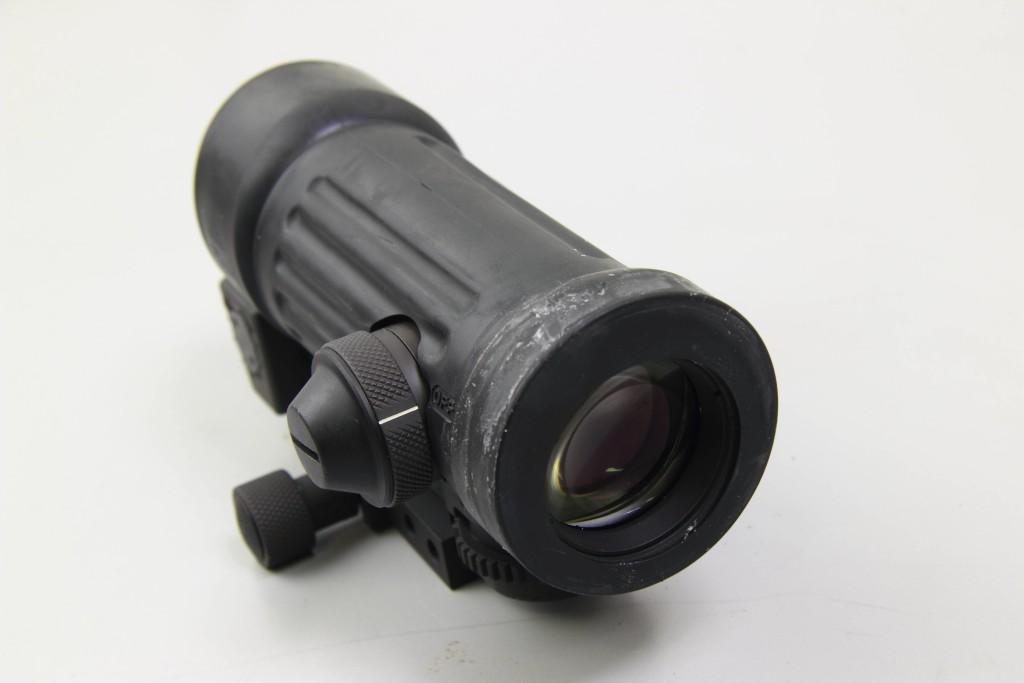 Oculare M145, sulla sinistra il selettore di luminosità del reticolo