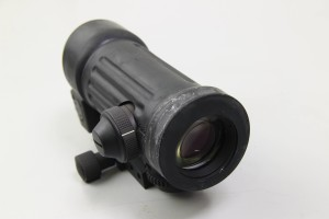L'oculare della M145, sulla sinistra il selettore di luminosità del reticolo.