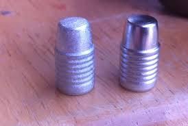 comparazione tra una buona fusione a sinisra ed una fusione difettata a destra, si noti la superficie rugosa