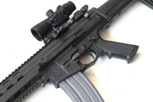 dettaglio del lato sinistro dell'arma con i comandi, lamentta di armamento ed il selettore di fuoco