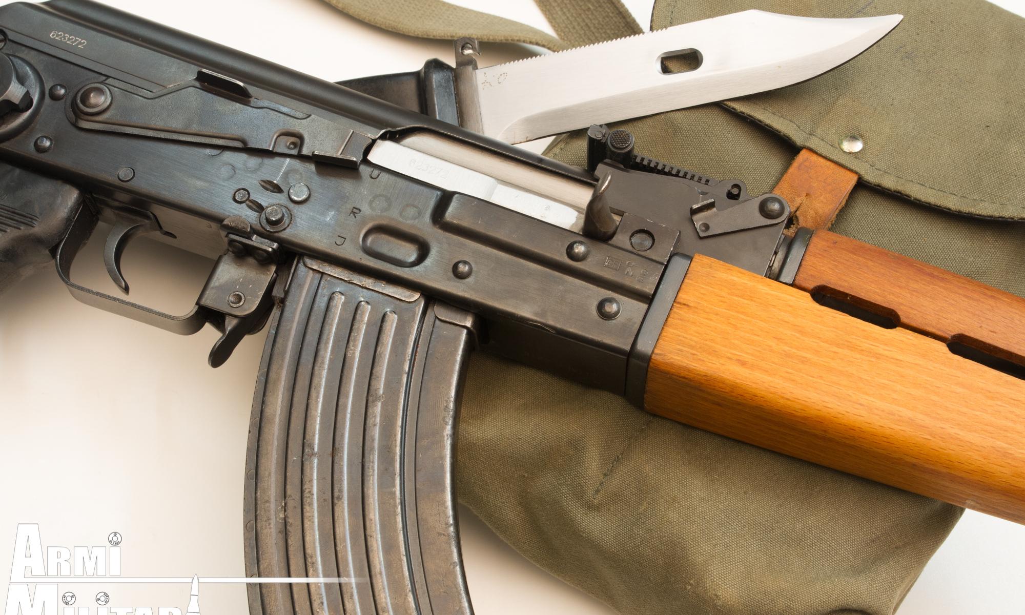 M70.AB2 con porta caricatori e baionetta